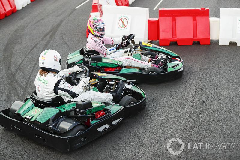 Sergio Perez, Force India, compite contra el futbolista Michel Salgado en kart
