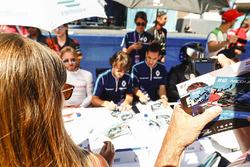 Fans piden autógrafos