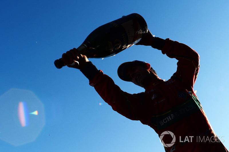 Ganador de la carrera Lucas di Grassi, ABT Schaeffler Audi Sport, rocía el champán en el podio