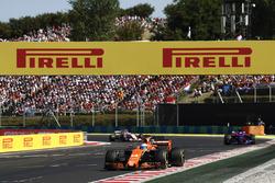 Fernando Alonso, McLaren MCL32, Carlos Sainz Jr., Scuderia Toro Rosso STR12 Sergio Perez, Sahara Force India F1 VJM10