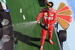 Podio: il vincitore della gara Sebastian Vettel, Ferrari