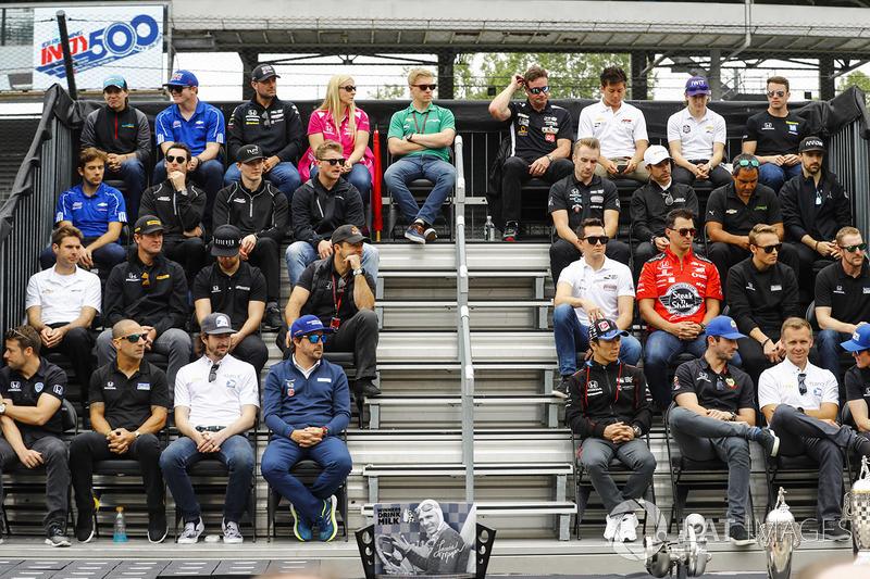 Pilotos durante la presentación del trofeo