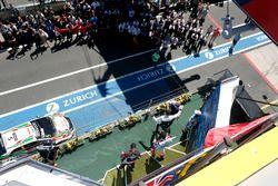 Podium Race 1: Le vainqueur Thed Björk, Polestar Cyan Racing, Volvo S60 Polestar TC1, le deuxième Mehdi Bennani, Sébastien Loeb Racing, Citroën C-Elysée WTCC, le troisième Rob Huff, All-Inkl Motorsport, Citroën C-Elysée WTCC