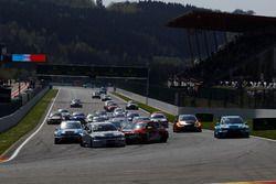 Le départ, Pepe Oriola, Lukoil Craft-Bamboo Racing, SEAT León TCR en tête-à-queue