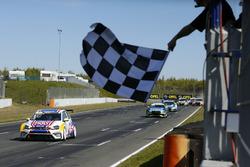 Zielflagge für Florian Thoma, Liqui Moly Team Engstler, VW Golf GTI TCR