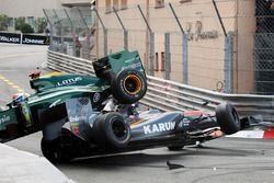 Crash: Karun Chandhok, Hispania Racing F1 Team HRTF1; Jarno Trulli, Lotus T127