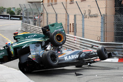Choque de Karun Chandhok, Hispania Racing F1 Team HRTF1 y Jarno Trulli, Lotus T127 crash