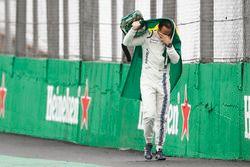 Felipe Massa, Williams, marche vers les stands en pleurs avec un drapeau brésilien après son accident
