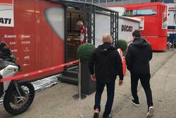 Jorge Lorenzo auf dem Weg ins Ducati-Motorhome