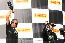 Pere Riba avec le vainqueur de la course et Champion du monde 2017 Jonathan Rea, Kawasaki Racing