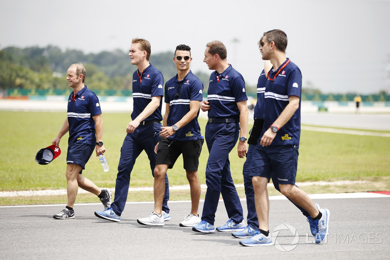 Pascal Wehrlein, Sauber, walks the track including physio Josef Leberer