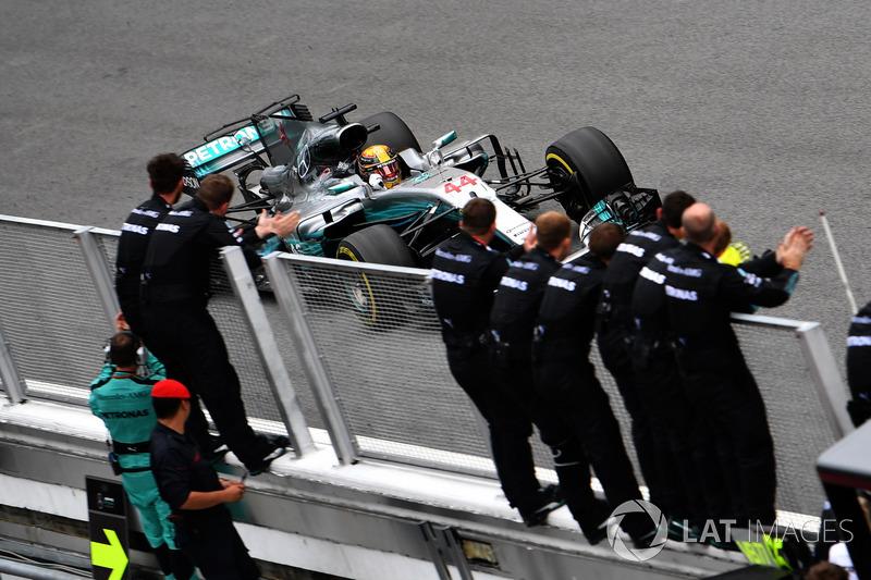 Lewis Hamilton, Mercedes-Benz F1 W08 melewati garis finis