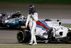 Lance Stroll, Williams FW40, walks away from his crashed car as Valtteri Bottas, Mercedes AMG F1 W08