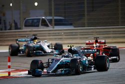Valtteri Bottas, Mercedes AMG F1 W08, Sebastian Vettel, Ferrari SF70H y Lewis Hamilton, Mercedes AMG