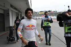 Carlos Sainz Jr., Scuderia Toro Rosso returns to the pits after crashing in FP1