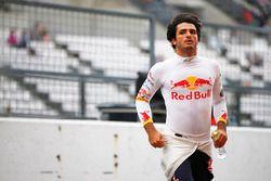 Carlos Sainz Jr., Scuderia Toro Rosso, in de pits na zijn crash