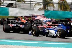 Старт гонки: Карлос Сайнс-мл., Scuderia Toro Rosso STR12, Себастьян Феттель, Ferrari SF70H, и Маркус