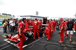 Ferrari ekibi, Kimi Raikkonen, Ferrari SF70H'nin yarışa başlamasını engelleyen turbo problemini çözm