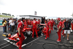 Механики Ferrari пытаются починить автомобиль SF70H Кими Райкконена перед стартом гонки