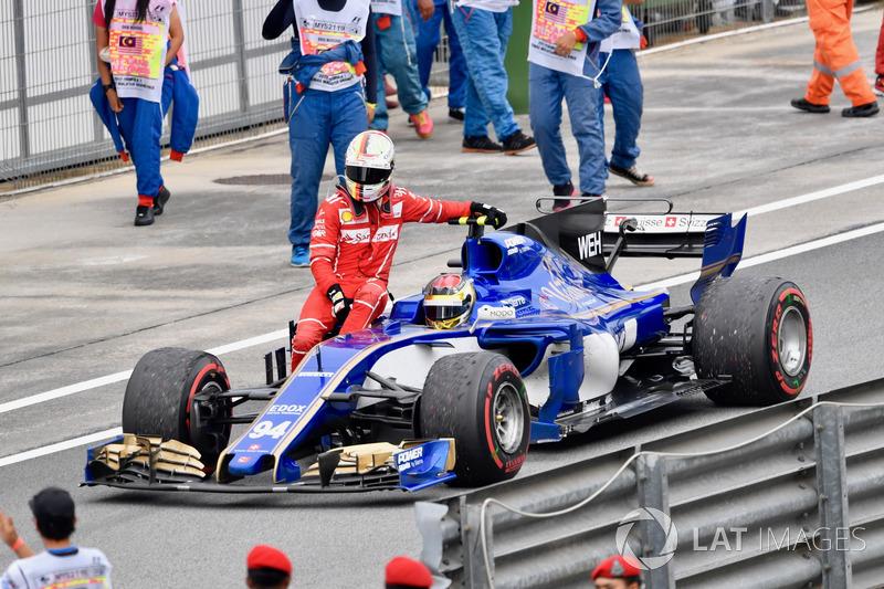 Sebastian Vettel menumpang Pascal Wehrlein, Sauber C36