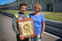 Le vainqueur Lando Norris avec son trophée