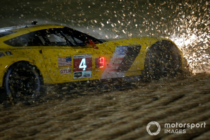 #4 Corvette Racing Corvette C7.R: Oliver Gavin, Tommy Milner, Marcel Fässler, nella ghiaia