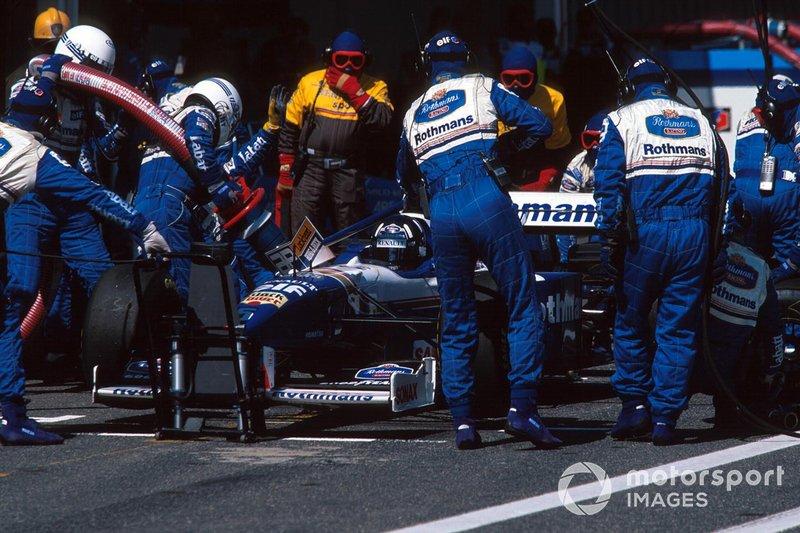 У Вильнева оставался последний шанс что-то изменить – тактика. Но в сезоне-96 в Формуле 1 проводились дозаправки, и более ранняя остановка почти всегда приводила к проигрышу: свежая резина не компенсировала потери от лишнего топлива в баках