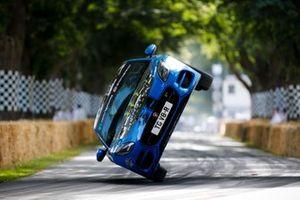 Terry Grant, conductor de acrobacias, sube la colina en un Jaguar F-Type R Coupe sobre 2 ruedas