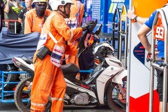 Moto di Marc Marquez, Repsol Honda Team, viene coperta dopo la caduta in FP1 nel GP di Tailandia