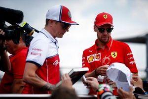 Kimi Raikkonen, Alfa Romeo Racing et Sebastian Vettel, Ferrari sur le camion de parade