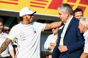 Lewis Hamilton, Mercedes AMG F1, met acteur Rowan Atkinson