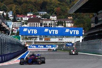 Daniil Kvyat, Toro Rosso STR14, leads Kimi Raikkonen, Alfa Romeo Racing C38