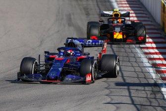 Daniil Kvyat, Toro Rosso STR14, leads Alex Albon, Red Bull RB15
