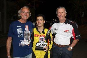 Dito Gianneti (à esq.) e Wilson Fittipaldi com João Pedro Maia, vencedor do GP em comemoração aos 30 anos do ECPA. Crédito: Fernando Santos/Divulgação FVee