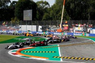Lirim Zendeli, Sauber Junior Team by Charouz, Christian Lundgaard, ART Grand Prix and Richard Verschoor, MP Motorsport yarışın başı