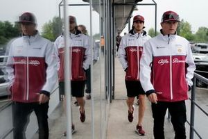 Гонщики Alfa Romeo Racing Кими Райкконен и Антонио Джовинацци