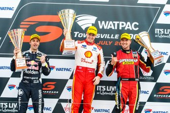 Il vincitore della gara Scott McLaughlin, DJR Team Penske Ford, secondo posto Jamie Whincup, Triple Eight Race Engineering Holden, terzo posto Chaz Mostert, Tickford Racing Ford