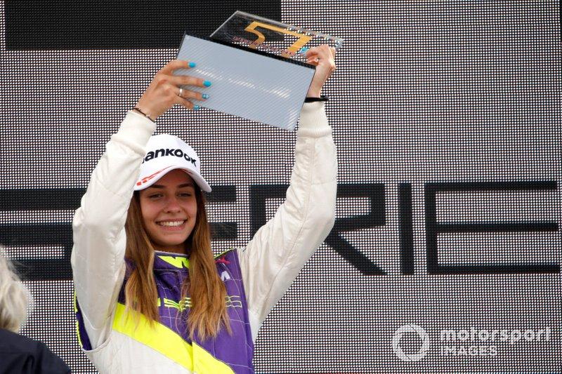 Podio: la ganadora de la carrera Marta García