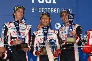 Подиум: победители Себастьен Буэми, Казуки Накаджима и Брендон Хартли, Toyota Gazoo Racing