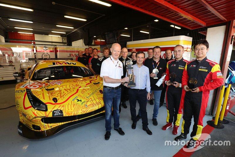 Pierre Fillon consegna i trofei per il podio di Le Mans a Jim McWhirter, Tim Sugden e i piloti Jeffrey Segal e Wei Lu, JMW Motorsport