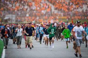 I tifosi invadono il circuito per festeggiare, alla fine della gara