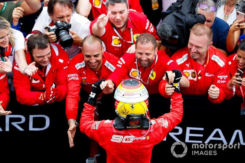 Il secondo classificato Sebastian Vettel, Ferrari, festeggia con il suo team
