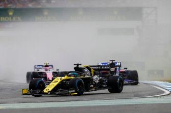 Daniel Ricciardo, Renault F1 Team R.S.19, leads Daniil Kvyat, Toro Rosso STR14