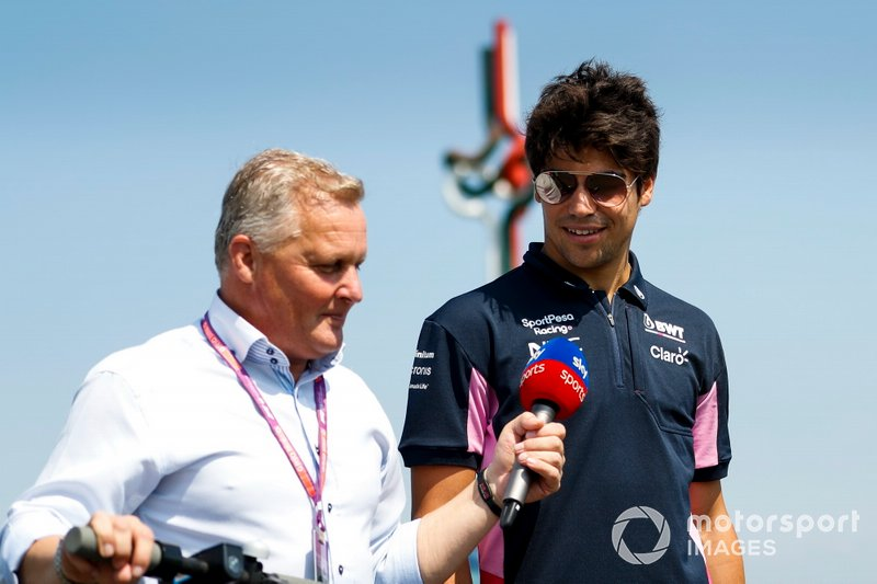 Lance Stroll, Racing Point, marche sur la piste avec Johnny Herbert, Sky TV