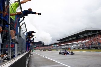 The Toro Rosso team cheer from the pit wall as Daniil Kvyat, Toro Rosso STR14, 3rd position, crosses the line