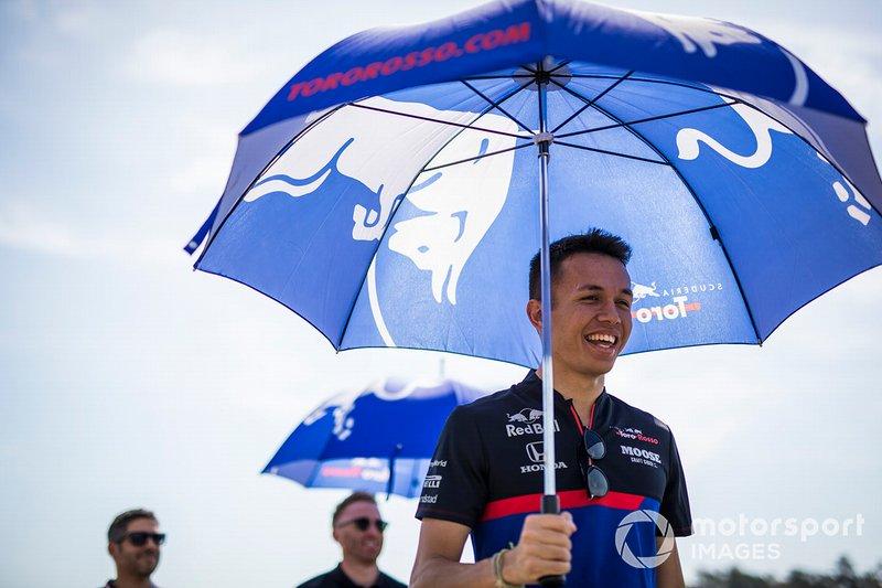 Alexander Albon, Toro Rosso recorre la pista con sus mecánicos