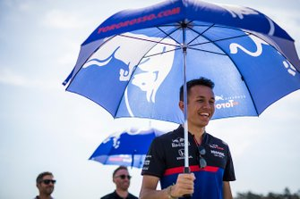 Alexander Albon, Toro Rosso walks the track with his mechanics