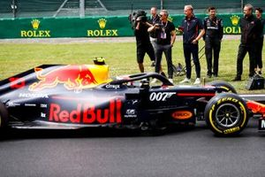 Actor Daniel Craig films a video of Pierre Gasly, Red Bull Racing RB15, arriving on the grid