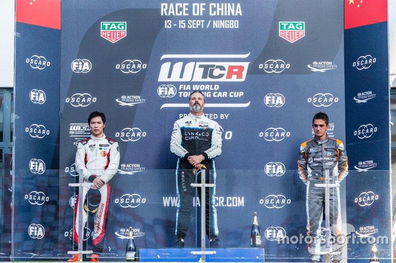Podio: il vincitore della gara Yvan Muller, Cyan Racing Lynk & Co 03 TCR, secondo classificato Ma Qing Hua, Team Mulsanne Alfa Romeo Giulietta TCR, terzo classificato Mikel Azcona, PWR Racing CUPRA TCR