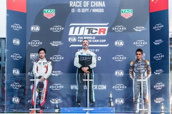 Podium: Race winner Yvan Muller, Cyan Racing Lynk & Co 03 TCR, second place Ma Qing Hua, Team Mulsanne Alfa Romeo Giulietta TCR, third place Mikel Azcona, PWR Racing CUPRA TCR